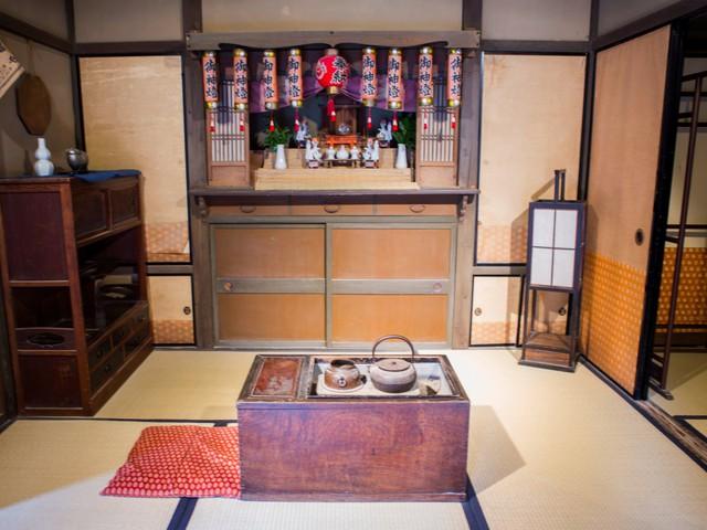 Muốn qua đêm tại Kyoto, bạn có thể nghỉ ngơi tại Ryokans. Ryokan là nhà trọ truyền thống của người Nhật có từ thời Edo. Khác với các khách sạn là ngủ trên giường, ở đây bạn sẽ nằm trên nệm futon được trải trên sàn nhà lót chiếu tatami.