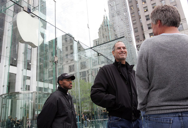 Đang trên đà phát triển mạnh mẽ, Apple tiếp tục mở một cửa hàng Apple Store ở Manhattan vào năm 2006. Thiết kế hộp kính độc đáo khiến nó trở thành danh lam thắng cảnh của thành phố New York.