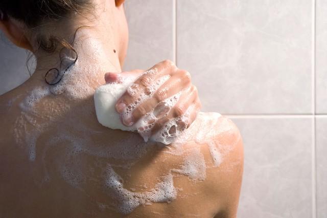 Thông thường mọi người sẽ tắm để rửa sạch mùi hôi từ chất thải vi sinh vật trên da