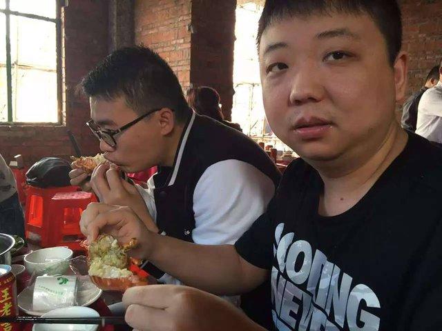 Quán ăn có vẻ lụp xụp tại Trung Quốc lại phục vụ cả Tôm Hùm...