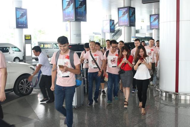 Khoảng 8h30, sau khi hoàn tất các thủ tục nhập cảnh, đoàn AoE Trung QUốc chính thức đặt chân xuống Hà Nội.