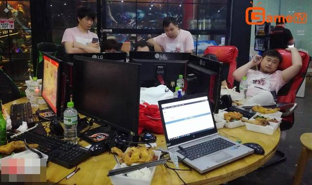 Đoàn Trung Quốc quyết định ăn tại chỗ để tận dụng thời gian, cùng bàn bạc chiến thuật.
