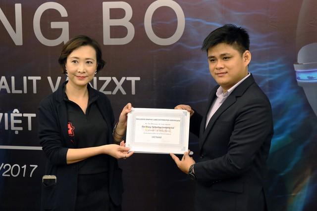 Bà Mina Lee – Giám đốc Bán hàng Palit (Khu vực châu Á – Thái Bình Dương) trao giấy chứng nhận NPP Độc quyền tại thị trường Việt Nam cho ông Long Nguyễn Quốc Hùng