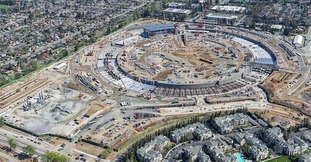 Lần cuối Jobs xuất hiện trước công chúng là vào tháng 6/2011. Ông cũng công bố về trụ sở mới của Apple tại Cupertino. Sau nhiều năm xây dựng, Apple đang dự định chuyển nhà tới tổng hành dinh mới này vào đầu năm 2017.