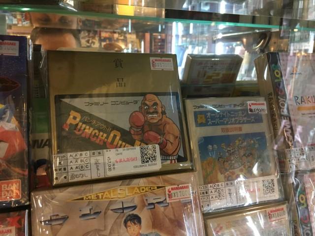 Phiên bản đầu tiền của game Punch-Out cho máy Famicom, có giá hơn 11 triệu đồng. Bên phải là All Night Nippon Super Mario Bros cho Famicom Disk System, một phiên bản của Super Mario, có giá 27,5 triệu đồng.