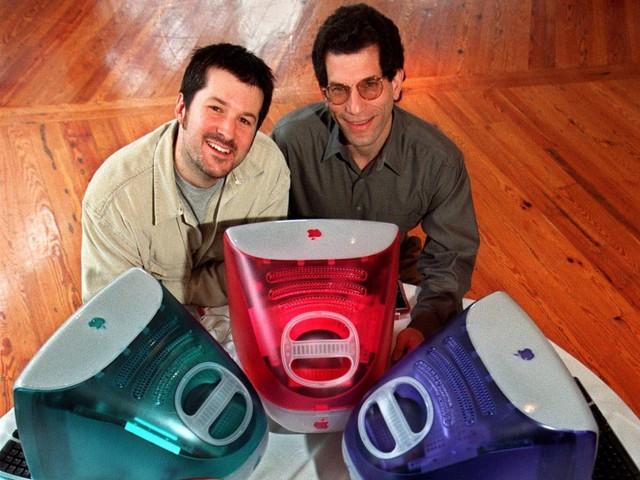 iMac có thiết kế đẹp và nhiều phiên bản màu sắc khác nhau, và đây cũng là lần đầu tiên thế giới được chứng kiến tài năng thiết kế máy tính của Ive. Chiếc iMac thế hệ đầu này là một thành công lớn, với 800.000 máy được bán ra chỉ trong vỏn vẹn có 5 tháng đầu.