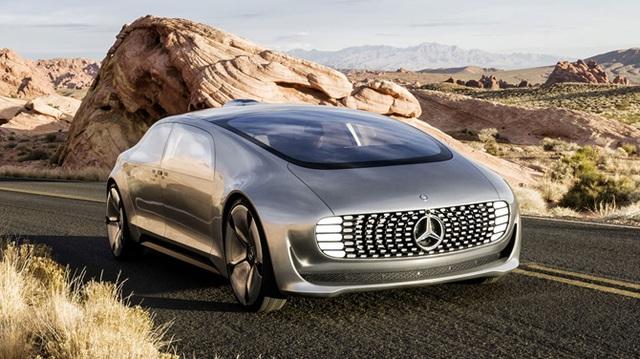 Mercedes-Benz: Cũng là một đối thủ cùng tầm giá nhưng Mercedes đang bị bỏ xa trong cuộc đua động cơ điện/xe tự lái. Tuy vậy, mẫu concept F 015 được hãng này ra mắt tại CES 2016 có thể được coi là tia hy vọng le lói cho tương lai.
