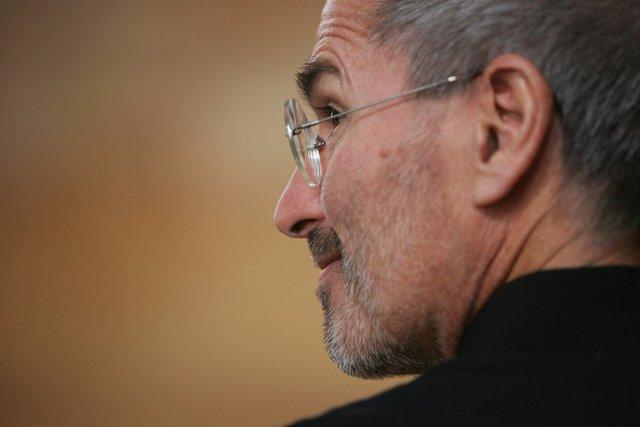 Tuy nhiên cùng năm đó, Jobs nhận thông tin khiến ông không thể nào ăn mừng được với những chiến thắng mà Apple giành được: Ông bị ung thư tuyến tụy. Ông đã giữ bí mật này tới tận năm 2004 mới quyết định chia sẻ nó với nhân viên cảu mình.