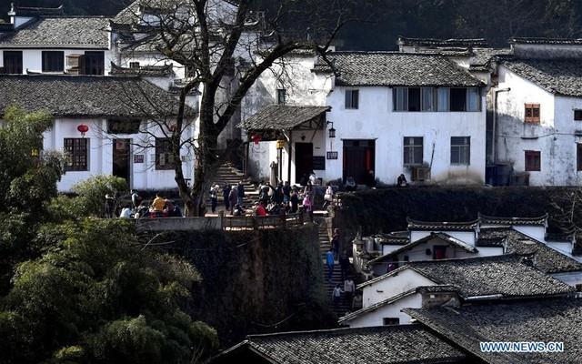 Đa số dân cư ở đây là dân tộc Hồi, nhà cửa và kiến trúc cũng mang đặc trưng của dân tộc thiểu số này