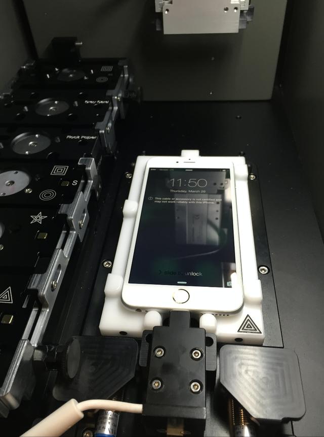 Hình ảnh hiếm hoi mới được tiết lộ về cỗ máy căn chỉnh bí ẩn của Apple.