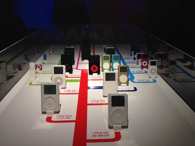 iPod cũng phát triển theo kiểu chậm mà chắc. Vào năm 2005, đã có iPod, iPod Mini, iPod Nano và iPod Shuffle với kích thước nhỏ dần. Năm đó cũng đánh dấu chiếc iPod có khả năng xem video, mua phim và băng đĩa trên iTunes.