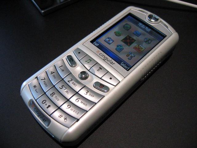 Năm 2005, Motorola giới thiệu chiếc ROKR, chiếc điện thoại được sản xuất bởi họ và Apple. Nó là thiết bị di động đầu tiên có khả năng chơi nhạc từ iTunes Music Store. Tuy nhiên nó chỉ lưu được có 100 bài hát vì giới hạn phần mềm vào thời điểm đó.
