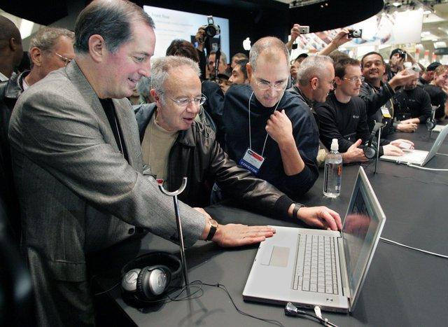 Năm 2006, Jobs đã có một bước đi đúng đắn để cứu dòng Mac. Cựu CEO John Sculley đã đặt cược tương lai của Apple vào vi xử lý PowerPC đắt đủ, trong khi những nhà sản xuất PC chạy Windows đều dùng chip Intel. Điều này có nghĩa là Mac không những đắt, mà việc phát triển phần mềm cho nó còn khó khăn hơn. Tuy nhiên vào năm 2006, Apple giới thiệu chiếc MacBook Pro đầu tiên, ngoài thế hệ iMac mới. Và cả 2 đều dùng vi xử lý của Intel.