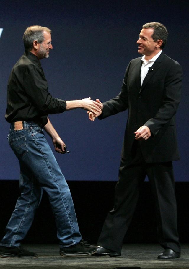 Tuy nhiên cùng lúc này, tình hình sức khỏe của Jobs lại đang suy giảm, và nhiều người nhận ra điều này. Hãy nhìn ông gầy gò như thế nào trên sân khấu, bắt tay với CEO của Disney Bob Iger tại sự kiện của Apple năm 2006.
