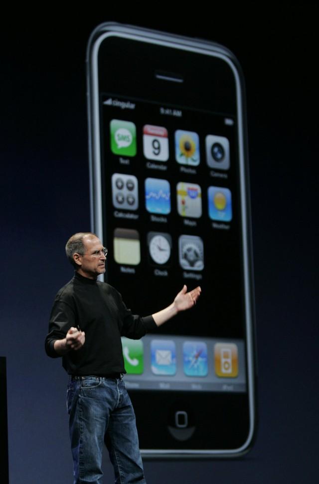 Vào năm 2007, Jobs chính thức hé lộ về iPhone tại sự kiện Macworld Expo diễn ra vào tháng 1. Nó kết hợp tính năng nghe nhạc của iPod với một màn hình cảm ứng cực nhạy mà không cần sự trợ giúp của bút cảm ứng như mọi thiết bị thời đó. Và Safari là trình duyệt web đầy đủ chức năng đầu tiên trên một chiếc điện thoại.