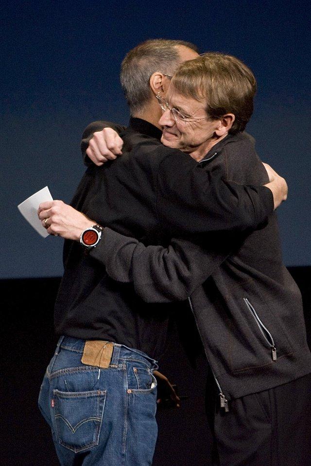 John Doerr - chuyên gia về vốn đầu cơ, đã đứng lên sân khấu thông báo về ngân sách 100 triệu USD của iFund dành cho những nhà phát triển ứng dụng khác. Đó chính là khởi đầu của một kỷ nguyên ứng dụng, và Apple đã cho Microsoft phải hít khói.