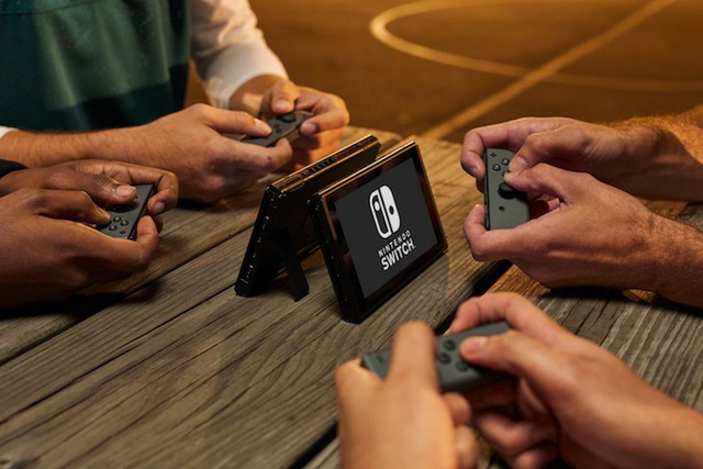 Tay cầm nhỏ tiền lợi để chơi Nintendo Switch ở bên ngoài