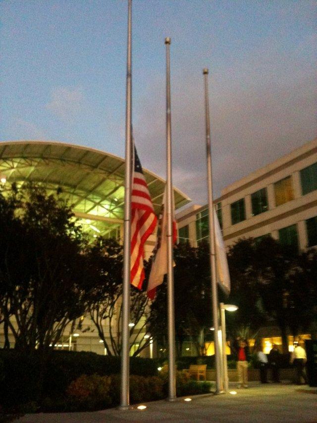 Jobs thôi làm chức CEO vào 24/8/2011, xuống giữ chức chủ tịch Apple, sau khi căn bệnh ung thư tụy của ông tái phát. Không lâu sau đó, Jobs mất vào 5/11/2011, ông vẫn tiếp tục làm việc cho Apple cho tới ngày cuối đời. Đêm đó, những lá cờ ở Apple đã được hạ thấp để tưởng nhớ ông.