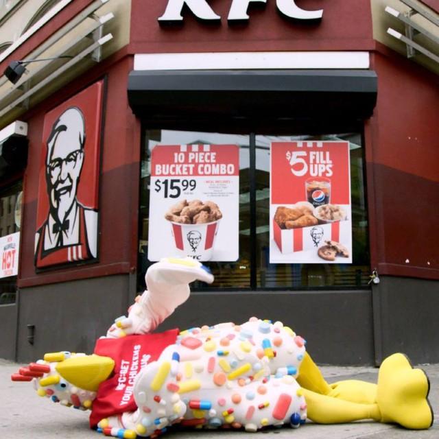 Một chú gà linh vật Auntie Biotic nằm trước cửa hàng của KFC