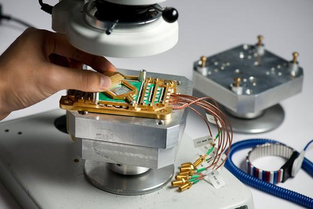 Con chip lượng tử chứa 2.000 qbit trong máy tính của D-Wave.