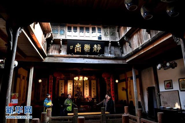 Xen giữa khu dân cư là một đền thờ Đạo giáo