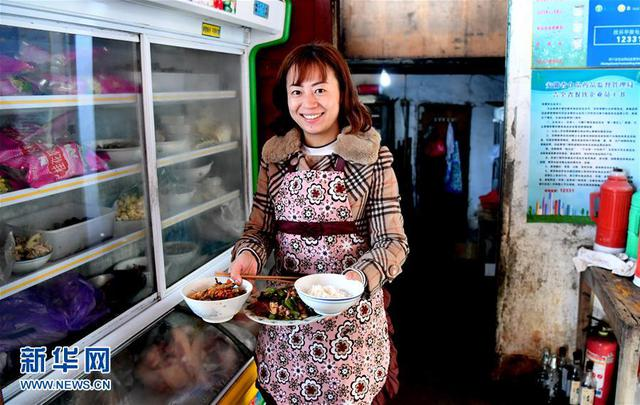 Bà chủ quán trọ đang chuẩn bị bữa trưa cho du khách tới tham quan