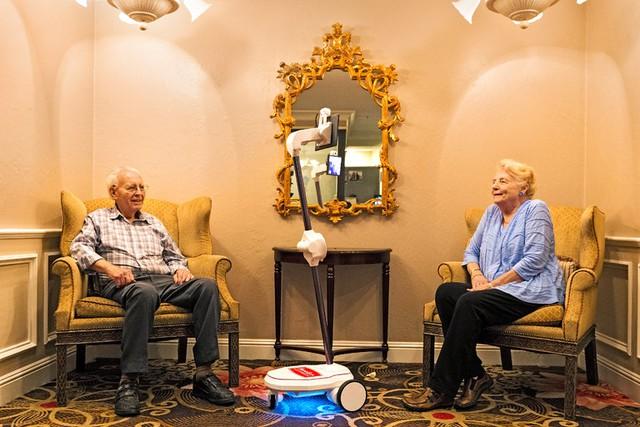 Ông bà Yarbrough và chú robot có tên Jimmy