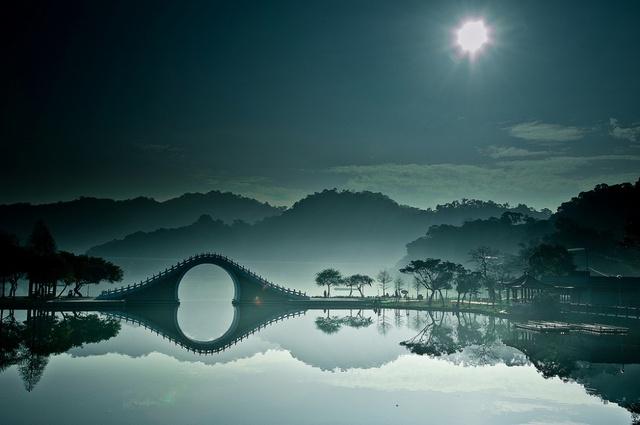 Cây cầu Moon Bridge là điểm thu hút chính của công viên Dahu tại Đài Loan. Nó được thắp sáng bằng sự tương phản của nước, tạo nên một cảnh quan hoàn toàn mê hoặc mà dường như được chế tác từ gương.