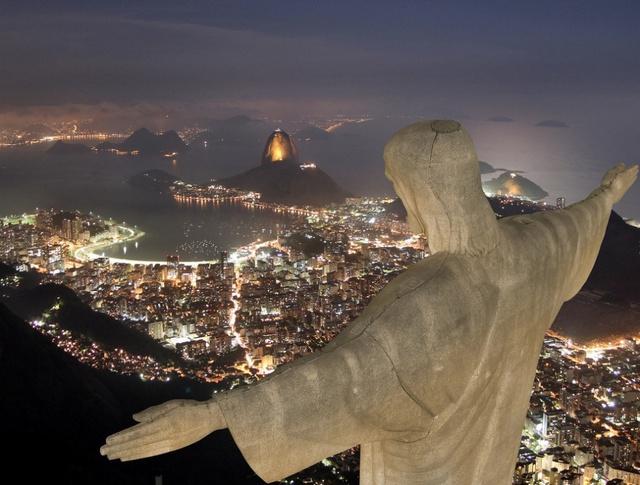 Tại đỉnh núi Corcovado của Brazil, những ai đến đây chắc chắn không quên bức tượng Chúa Kitô giang tay rộng lớn như có thể cứu được cả thế giới này. Một công trình rất nổi tiếng và là niềm tự hào của người dân vũ điệu Samba. Một khi đã đến đây, bạn sẽ có được những trải nghiệm thật sự độc đáo, hứng khởi về một thành phố sôi động như Rio, hay núi Sugarloaf.