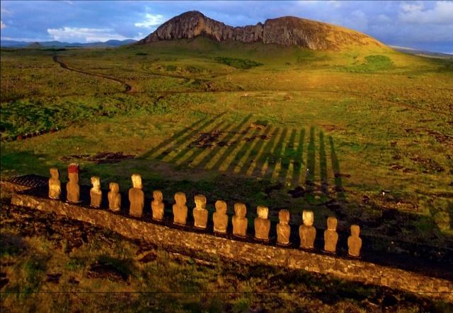 Đảo Phục Sinh tọa lạc ở Đông Nam Thái Bình Dương, thuộc nước Chile. Nó nổi tiếng với 887 bức tượng đá gọi là Moai. Vào thời điểm Mặt Trời lặn dần sau lưng các bức tượng đầu người xếp hàng ngay ngắn như một đội hình trong quân ngũ đợi lệnh của chỉ huy, theo đó bóng tượng đổ dài như một hàng rào tre nhưng nó không dựng đứng mà nằm êm đềm trên mặt cỏ.