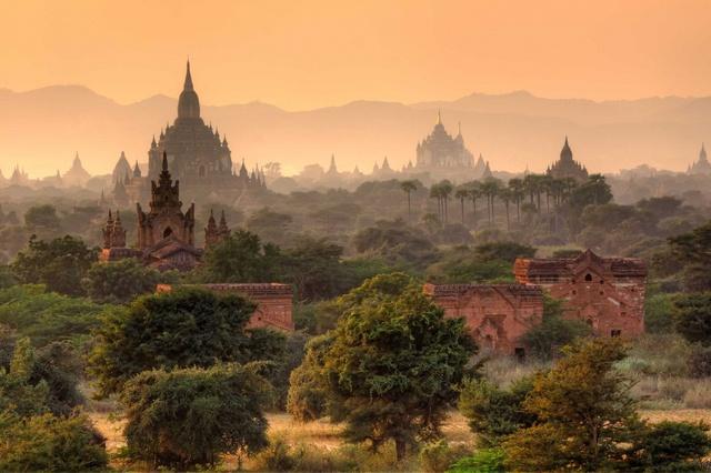 Thành phố cổ Bagan nằm ở vùng Mandalay, thuộc Myanmar. Từ thế kỷ thứ 9 đến thế kỷ thứ 13, Bagan là thủ đô của Vương quốc Pagan, vương quốc đầu tiên thống nhất được Myanmar. Vào thời cực thịnh của Pagan (thế kỷ 11–13), có hơn 10.000 chùa và tu viện Phật giáo được xây dựng ở Bagan và 2.200 trong số đó vẫn còn tồn tại đến ngày nay.