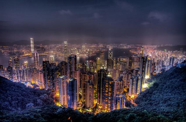 Nếu có một địa điểm duy nhất giúp bạn có thể thu vào cả tầm mắt một Hong Kong hiện đại và năng động, đó chính là đỉnh Victoria. Từ điểm quan sát này, bạn dễ dàng nhìn thấy cảng biển Victoria Harbour xinh đẹp phản chiếu nền trời xanh ngắt cùng những tòa cao ốc ven sông đầy hiện đại.