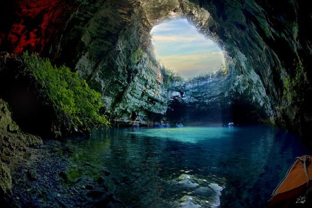 Theo thần thoại Hy Lạp thì hang Melissani là nơi cư trú của thần nữ. Nước xanh biếc, trong veo nhìn thấu tận lòng hồ. Nếu có dịp thả mình vào trong động nước này bạn sẽ không khỏi bị hớp hồn trước vẻ đẹp đầy cám dỗ của nó.
