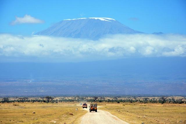 Có 40.000 du khách đến núi Kilimanjaro mỗi năm, đó là chưa kể đến tất cả các hướng dẫn viên và những người hỗ trợ khác đi cùng khách của mình. Đó là một dãy núi xanh biêng biếc màu nước biển, phủ thêm chút tuyết trên đỉnh trôi là đà trong mây quả thật là một cảnh tượng đáng kinh ngạc.