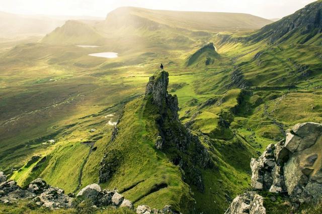 Hòn đảo Skye ở Scotland nổi tiếng với phong cảnh hoang dã tự nhiên ấn tượng. Đó là một cảnh quan tuyệt vời với những dãy đá gồ ghề và không có con người sinh sống, với những tòa lâu đài cổ và hồ nước xanh ngắt.