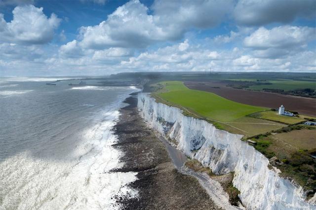 Những vách đá phấn trắng tạo thành một phần bờ biển Anh đối mặt với eo biển Dover và Pháp. Mặt trước đá phấn cao đến 110 mét, dài 13 km lan rộng từ phía đông đến phía tây từ thị trấn Dover ở hạt Kent. Ngư dân từ thời cổ đại đã sử dụng đá phấn này để định hướng cho mình.
