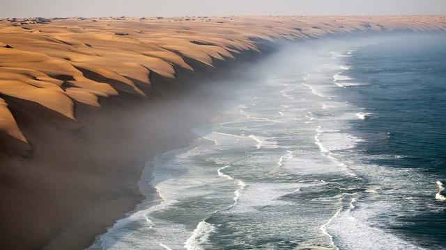 Tại sa mạc Namib ở Nam Phi, bạn có thể tìm thấy một trong những cồn cát cao và ấn tượng nhất thế giới. Đây cũng là nơi giao nhau giữa sa mạc Namib và biển Đại Tây Dương. Chúng tạo nên điểm thu hút ngay bên bờ Đại Tây Dương và tạo nên một quang cảnh kỳ diệu.