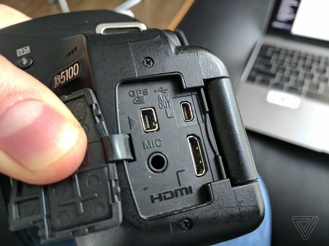 Cổng 8-pin phía trên cùng bên phải của máy ảnh Nikon.