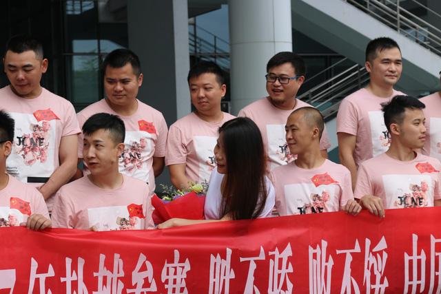 ShenLong (người đừng ở giữa, hàng trên), game thủ được coi là huyền thoại của làng AoE Trung Quốc.