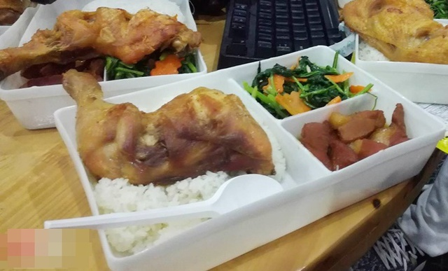 Bữa ăn trưa gồm cơm Đùi Gà Khổng Lồ, Thịt kho và một chút rau.