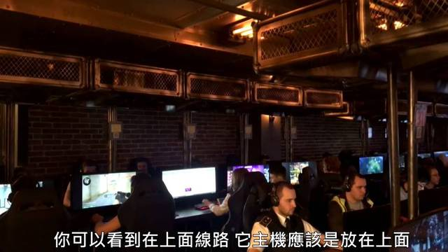 Quán net được thiết kế khá dị khi cây PC được đặt ở cao trên đầu, đồng thời được khóa trong lồng sắt khá cẩn thận. Có vẻ như điều này nhằm hạn chế việc mất cắp linh kiện máy tính, cũng như tránh người chơi can thiệp vào PC