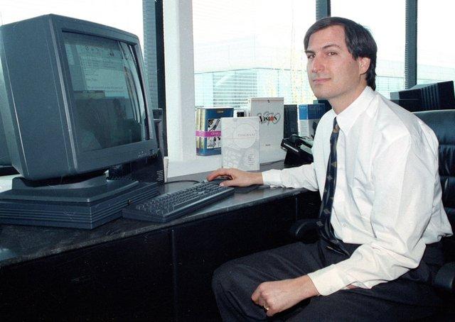 Vào thời điểm đó, NeXT của Steve Jobs bán rất chạy những PC cấu hình mạnh mẽ cho nhiều trường đại học và các ngân hàng. Apple hi vọng sự trở lại của Jobs có thể hồi sinh được họ, vì dưới trướng Amelio, họ có doanh thu thấp nhất trong 12 năm.