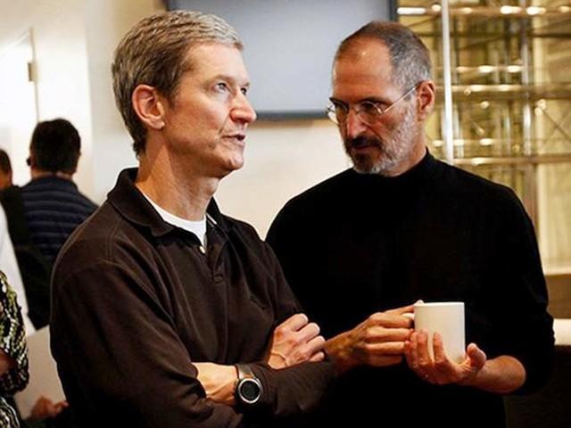 Cũng trong năm 1998, Jobs mời Tim Cook về làm việc cho công ty của mình để mở rộng hoạt động của Apple lên quy mô toàn thế giới. Cook sau đó vẫn trụ vững lại với công ty, và giờ đây chính là giám đốc điều hành của Táo khuyết.