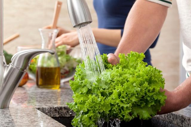 Bạn có nên rửa rau quả sau khi mua từ siêu thị không? Câu trả lời dĩ nhiên là có.