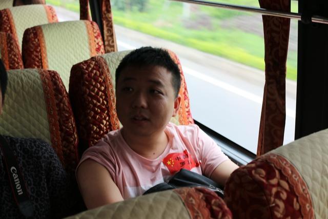 Mặc dù là ngôi sao số 1 của làng AoE Trung Quốc, tuy nhiên ShenLong lại rất giản dị và có phần khá kín tiếng.
