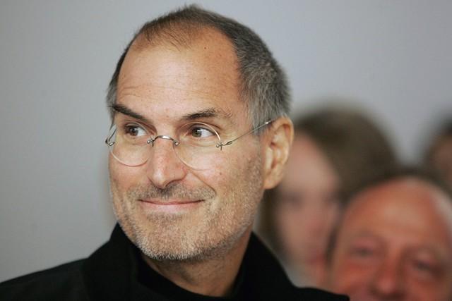 Tuy vậy, năm 2006 vẫn là một thành công cá nhân dành cho Jobs. Ông đã gửi một email cho toàn bộ nhân viên của Apple: Các bạn của tôi, hóa ra Michael Dell không giỏi tiên đoán tương lai như ông ta tưởng. Dựa trên số liệu trên sàn chứng khoán hôm nay, Apple có giá trị cao hơn cả Dell. Thị trường chứng khoán rất khó lường, hôm nay thế này, mai thế khác, tuy nhiên tôi nghĩ rằng nó cũng đáng một khoảnh khắc để suy nghĩ về ngày hôm nay.