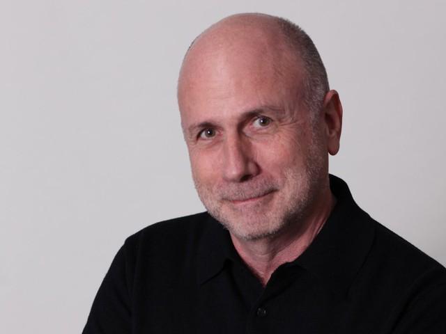 Jobs ban đầu định đặt cho chiếc máy tính này là MacMan. Tuy nhiên Ken Segall, giám đốc Marketing của Apple thời điểm đó đã nghĩ ra cái tên iMac. Chữ i ở đây chính là internet, bởi nó chỉ cần có 2 bước là kết nối được với mạng. Tuy nhiên Apple còn nói rằng nó còn có nghĩa là individuality (cá nhân) và innovation (sáng tạo).