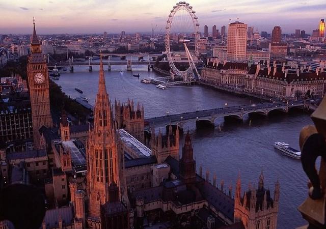 Và đây là hình ảnh Westminster năm 2012, với rất nhiều địa danh mới như bánh xe đu quay Mắt London (London Eye).