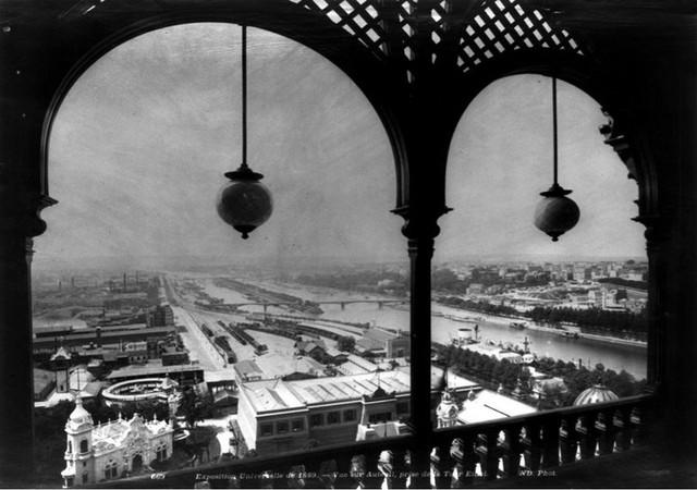 Đây là hình ảnh tháp Eiffel ở Paris khi mới được xây dựng vào năm 1889.