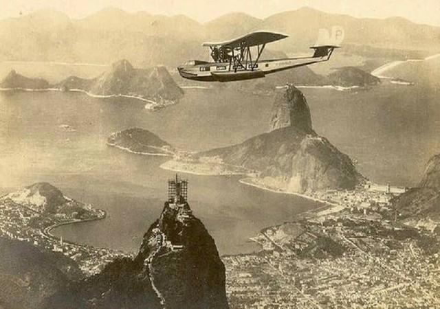 Bức ảnh này được chụp vào giai đoạn 1930 khi bức tượng Chúa cứu thế (Christ the Redeemer) đang được xây dựng ở Rio de Janeiro.